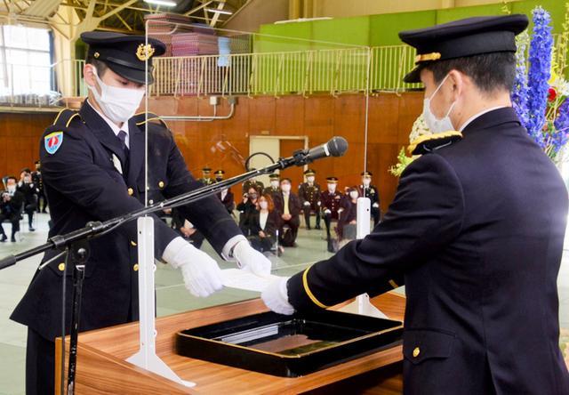 画像: 辞令書の交付を受ける菅原候補生