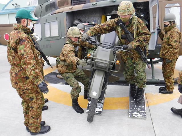 画像: オートバイ搭載・卸下訓練