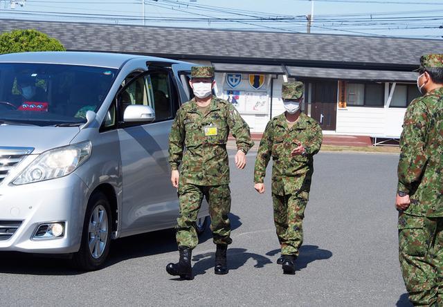画像: 総監を出迎える東駐屯地司令