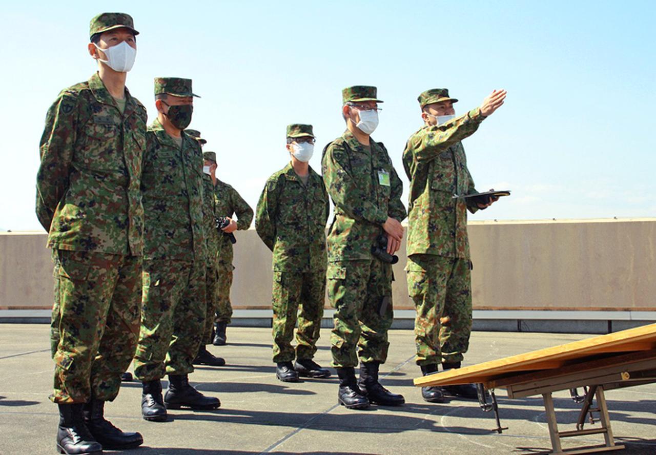 画像: 隊舎屋上から総監に対し地点指示