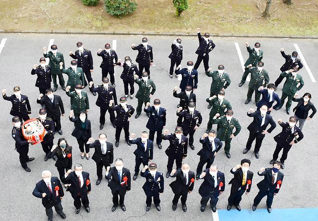 画像: 組織一丸で目標達成へ 出陣式でだるまに目入れ|埼玉地本