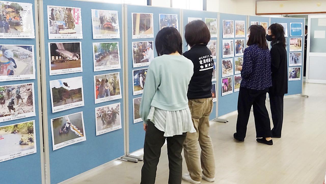 画像: 災害派遣活動写真展の様子