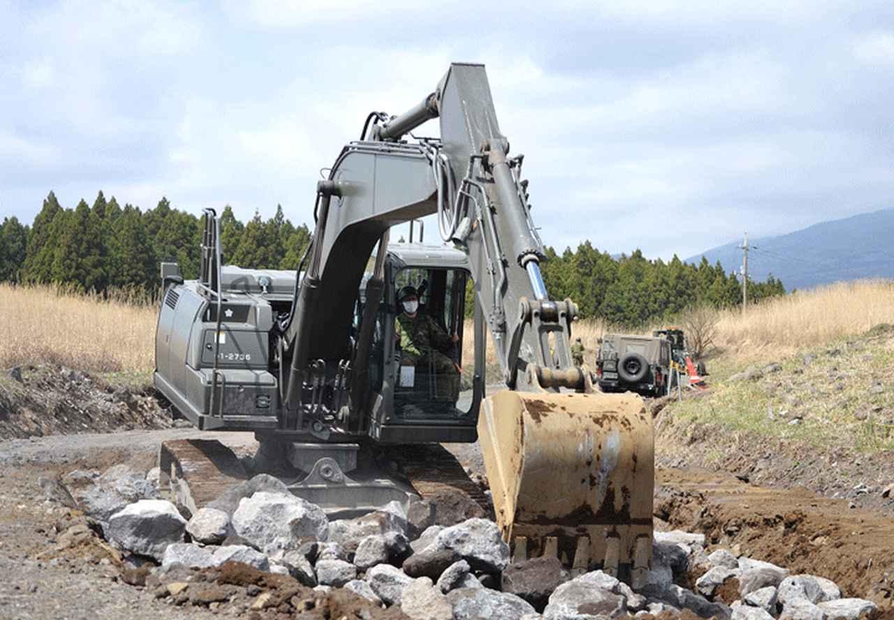 画像: 油圧ショベルによる転石の敷均し(392E)