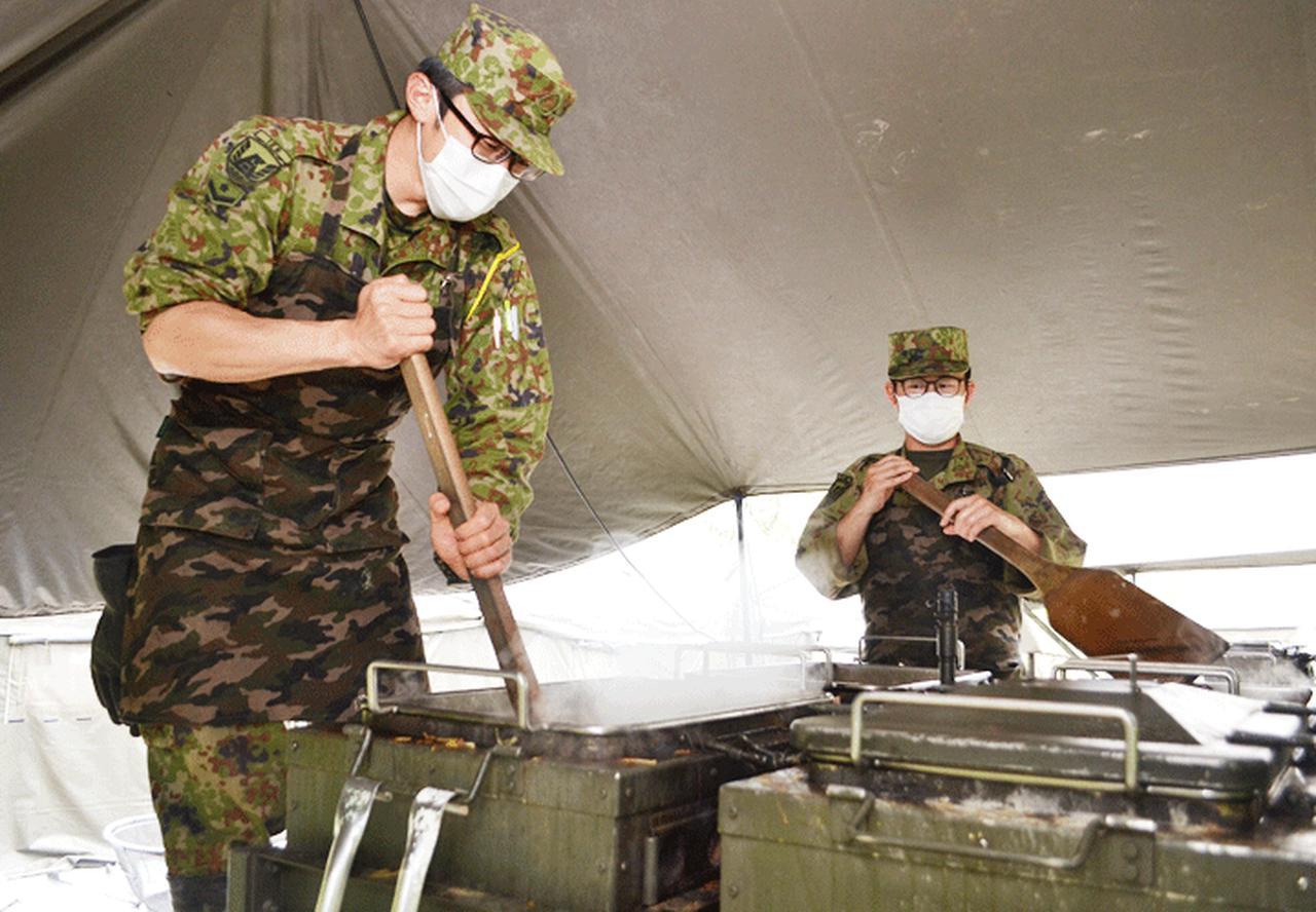 画像: 左:3月に配置された岩下2陸士が炊事を担当(394E)