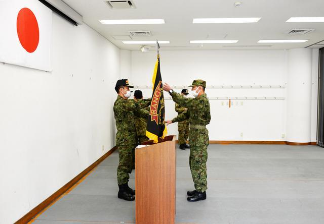 画像: レンジャー旗を受け取る学生長