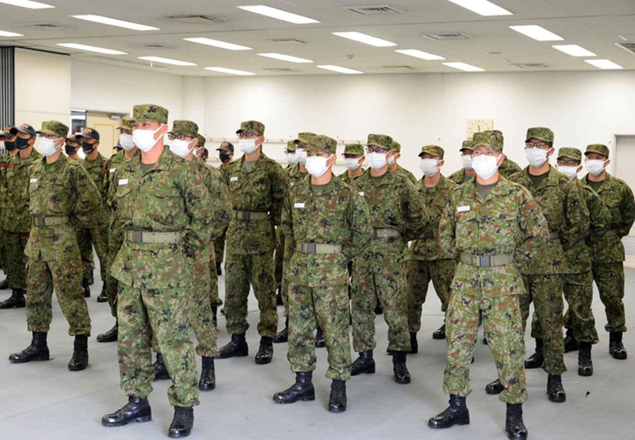 画像1: 訓示を傾聴する隊員