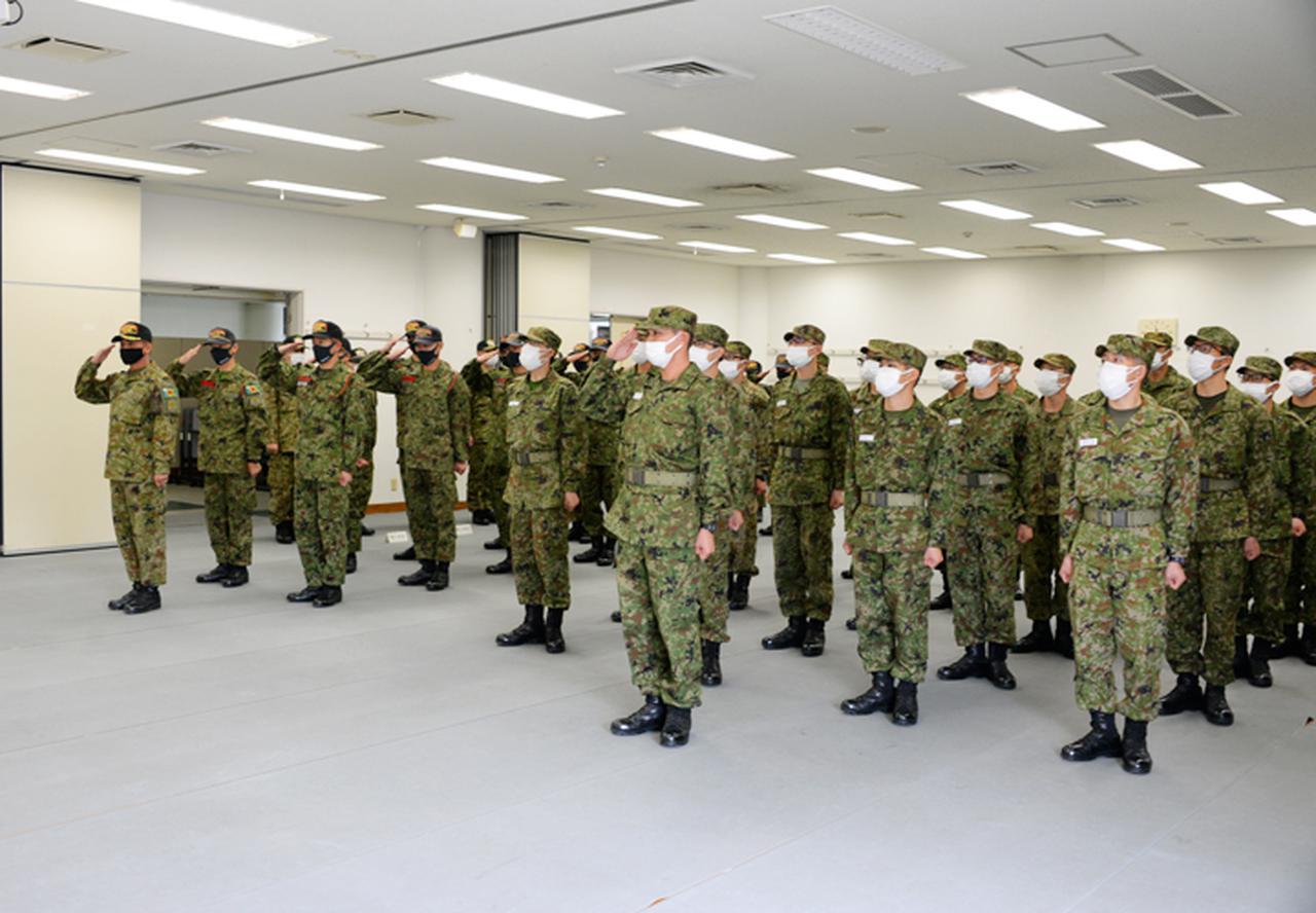 画像: 連隊長へ敬礼する隊員