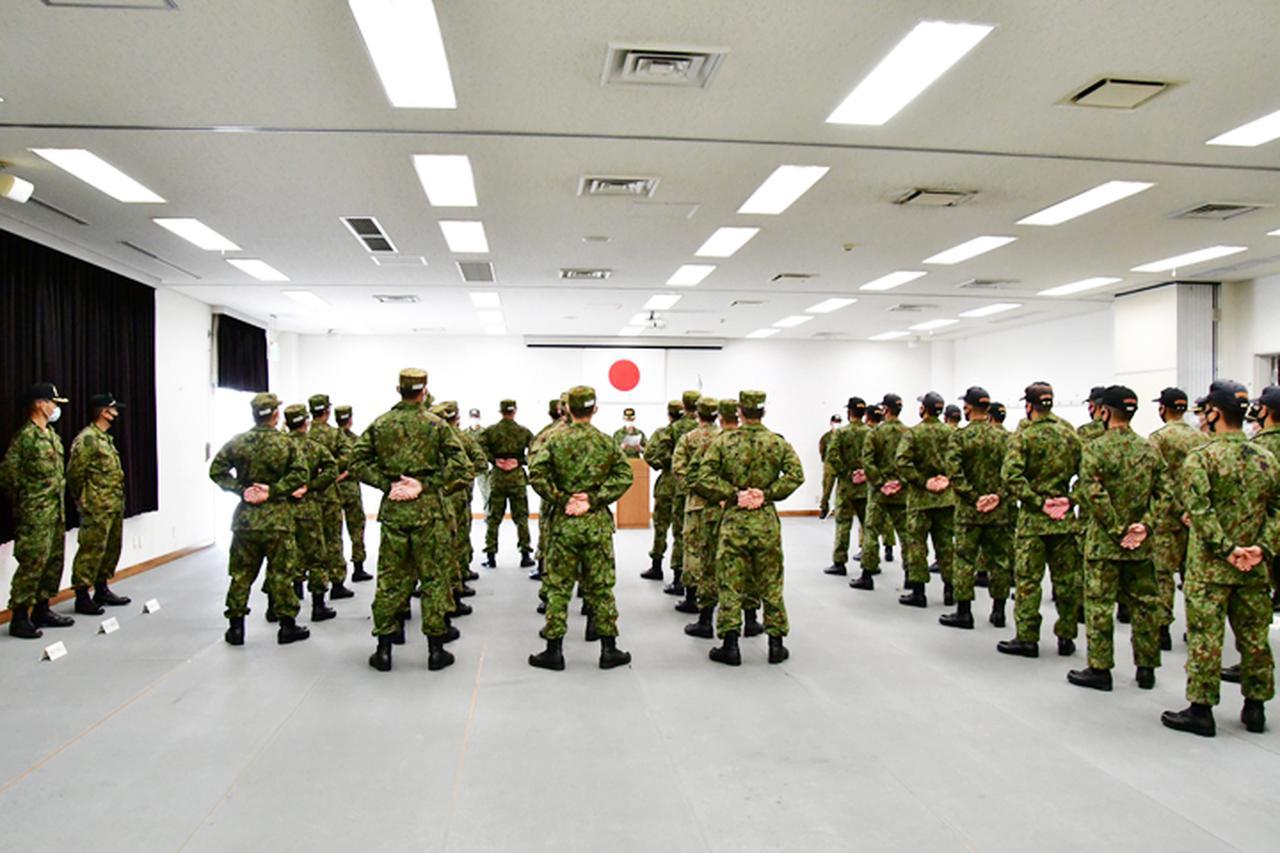 画像2: 訓示を傾聴する隊員