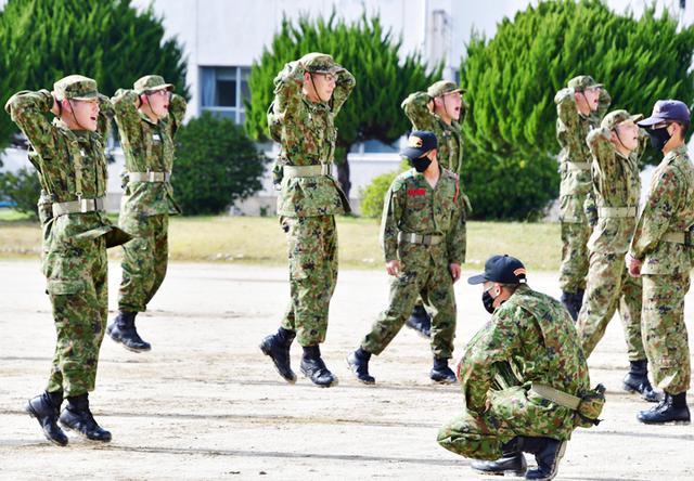 画像: 屈み跳躍をする隊員(体力調整)