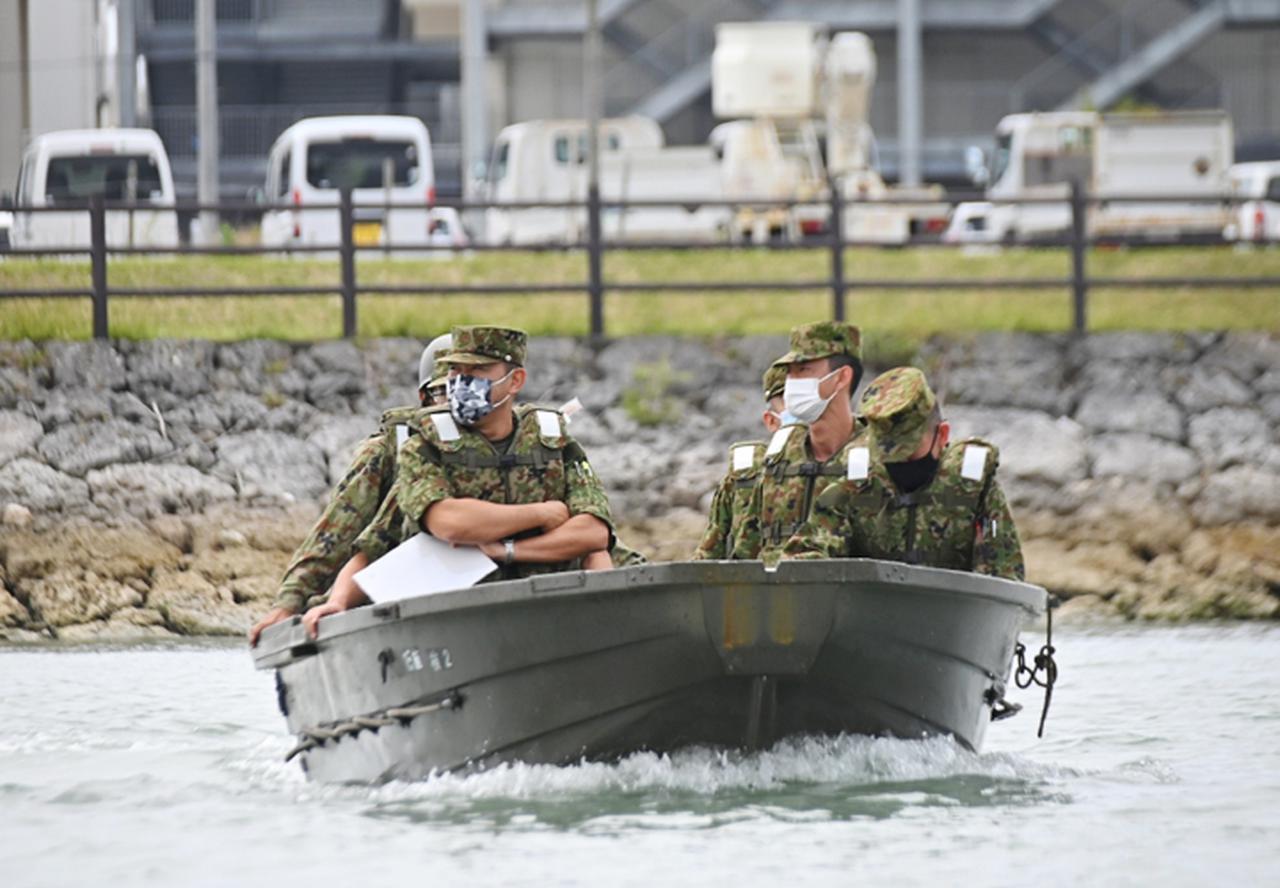 画像: 舟上から訓練を視察する旅団長(左手前)
