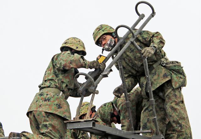 画像: 70式地雷原爆破装置の設置