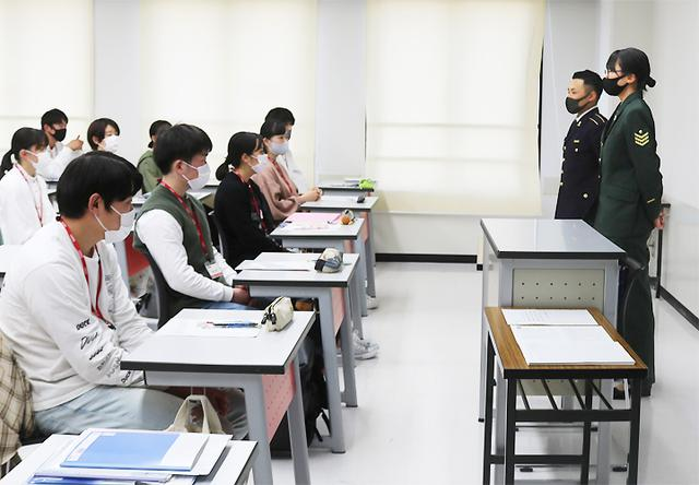 画像2: 公務員コースの専門学校生に自衛隊を説明|兵庫地本