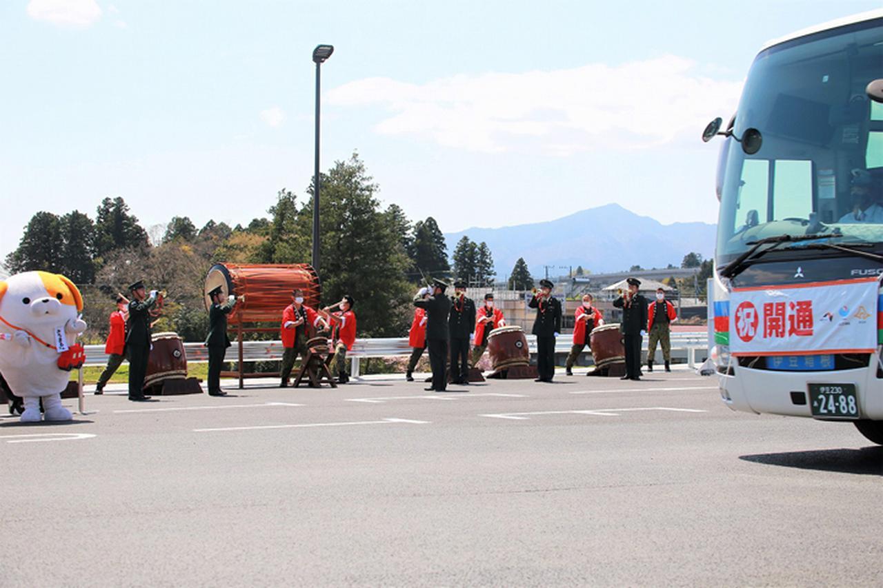 画像2: パレードが終わるまで式典を盛り上げたらっぱと太鼓演奏