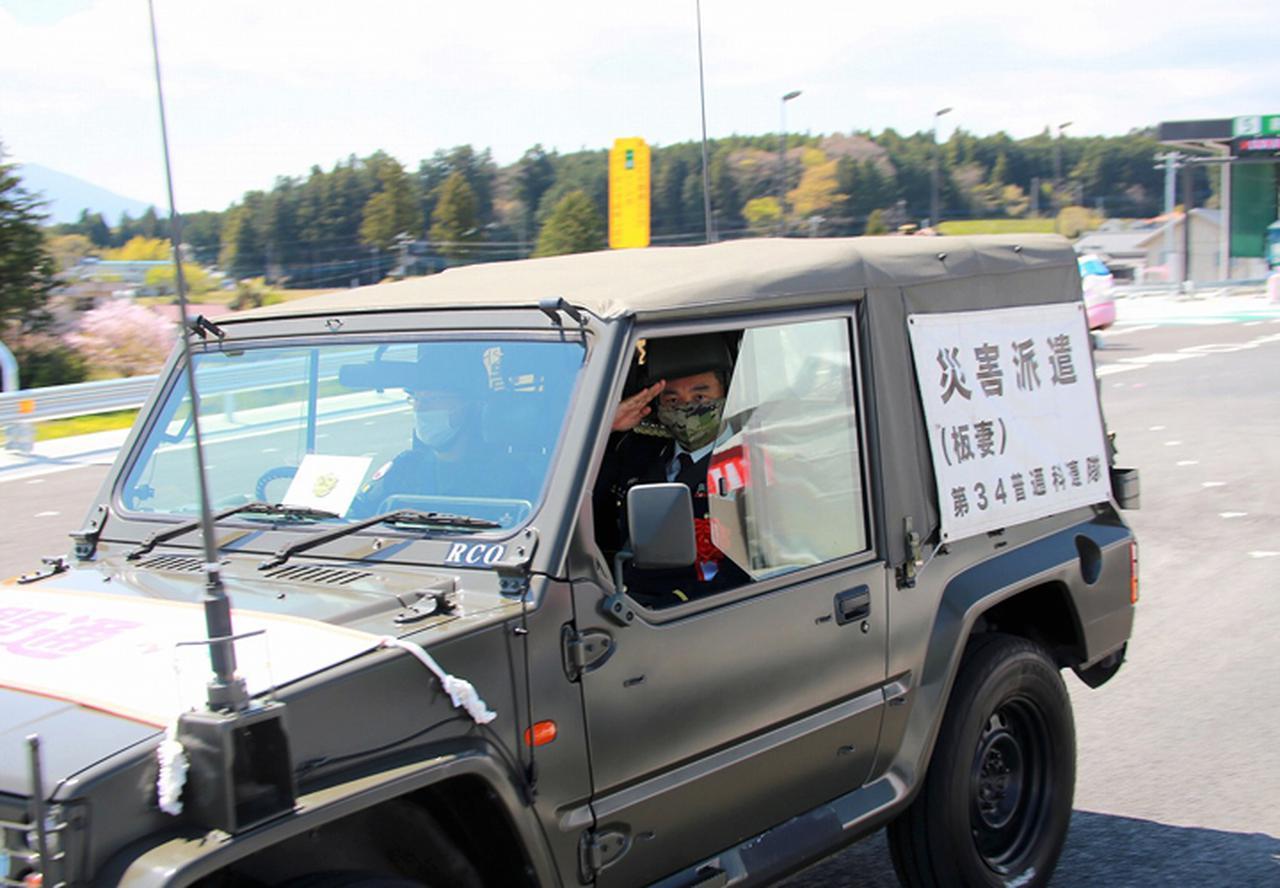 画像: パレードで車内から敬礼する深田連隊長