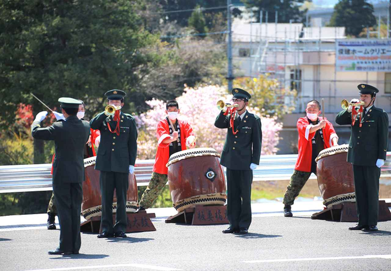 画像1: パレードが終わるまで式典を盛り上げたらっぱと太鼓演奏