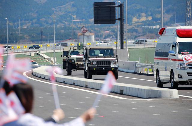 画像: 開通した道路を走行する自衛隊車両