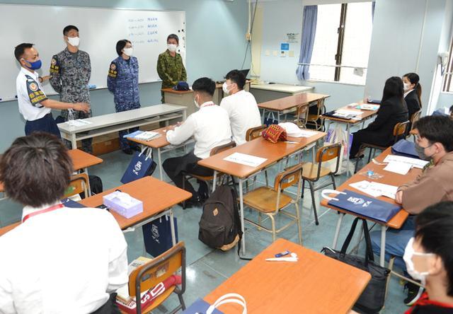 画像4: 陸海空自衛隊が公務員志望の学生に魅力アピール 沖縄地本