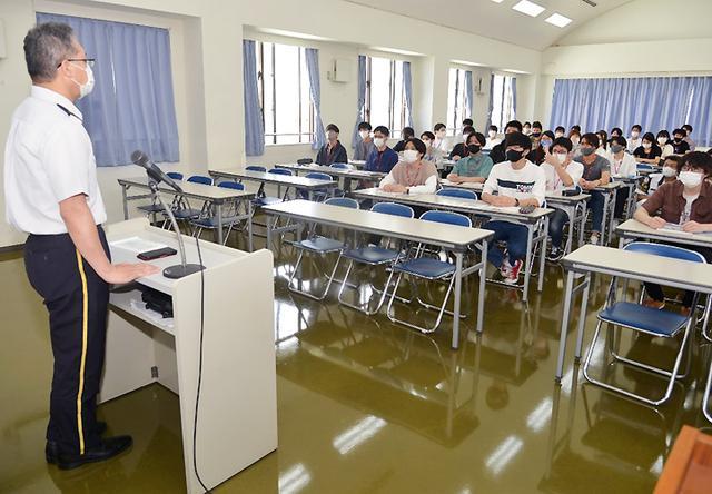 画像1: 陸海空自衛隊が公務員志望の学生に魅力アピール 沖縄地本