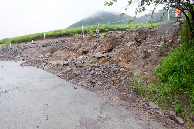 画像: コンクリートキャンバスを使用した斜面の保護(整備前)