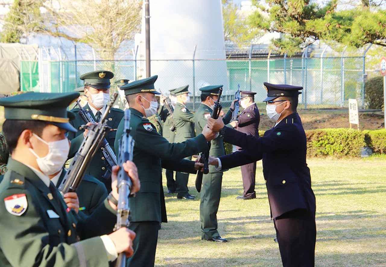 画像2: 小銃を貸与される候補生