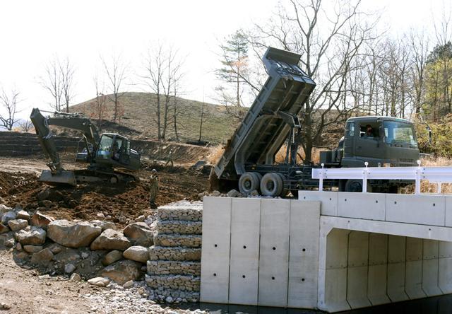 画像: 前年度の整備で設置した橋に続く道路の構築