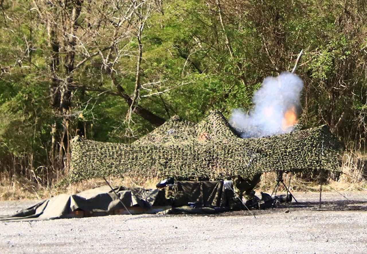 画像: 発射される迫撃砲