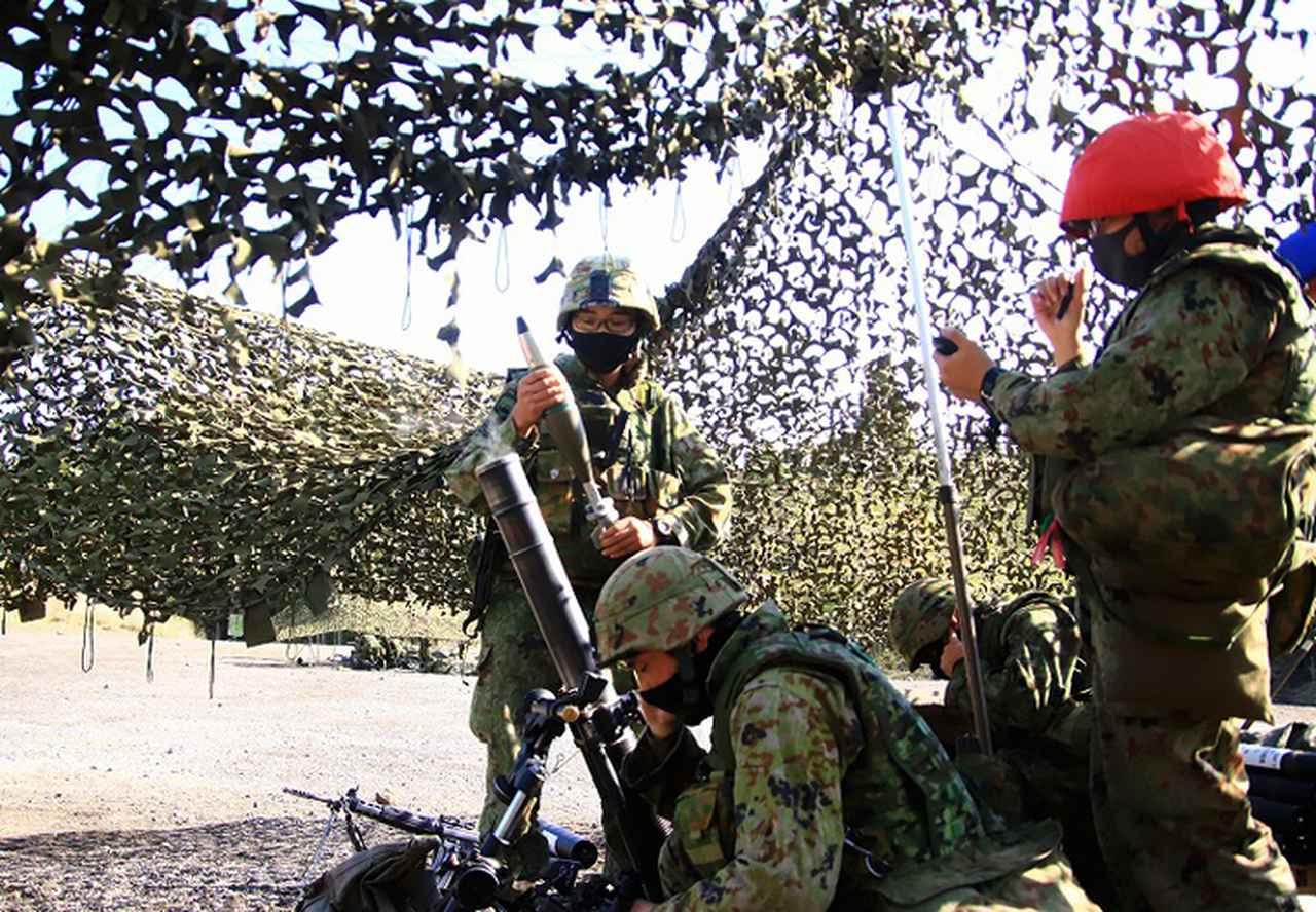画像: 弾薬を装填する隊員