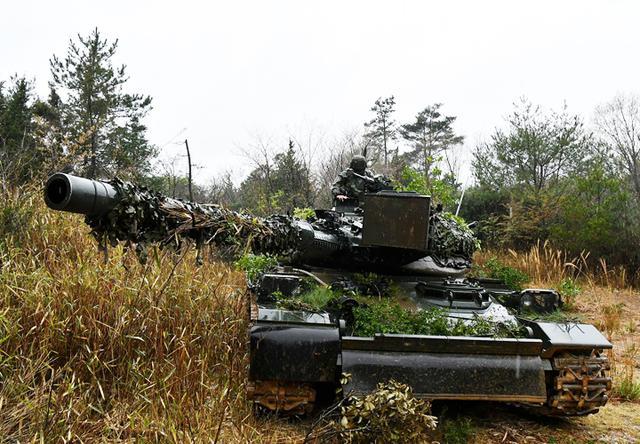 画像: 直接警戒中の74式 戦車(第3戦車大隊)