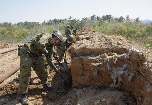 画像1: 春季演習場整備に36普連 訓練施設の機能を回復|伊丹駐屯地