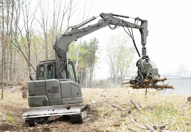 画像: ハーベスタによる木材伐採