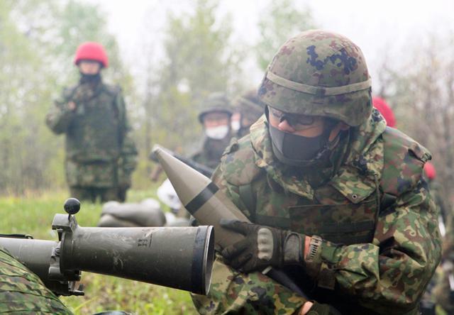 画像: 対戦車榴弾を装填する84ミリ無反動砲副砲手