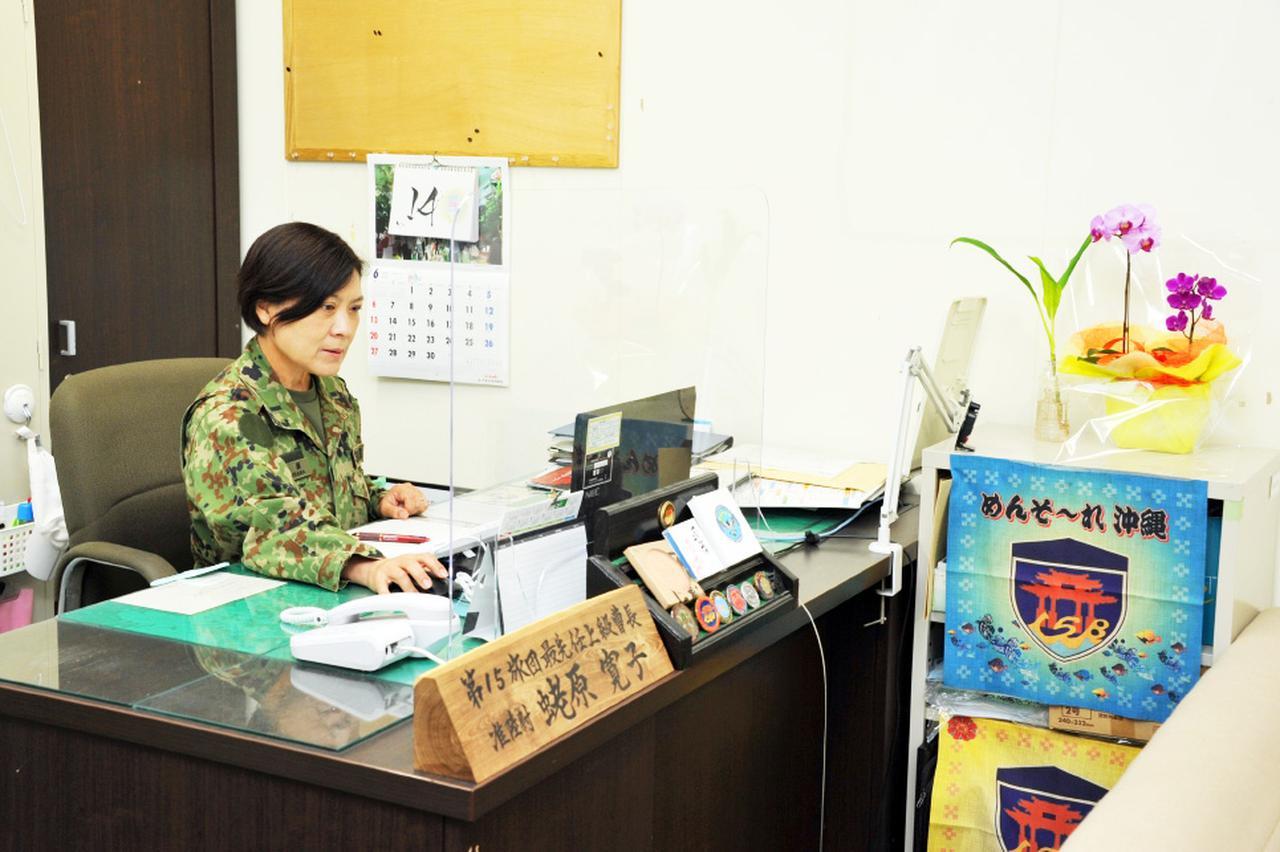 画像: 最先任上級曹長室で執務中の様子