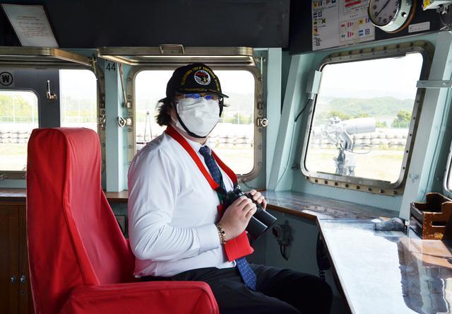 画像: 隊司令席に座る見学者