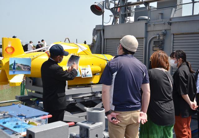 画像: 無人水中航走体の説明を受ける見学者
