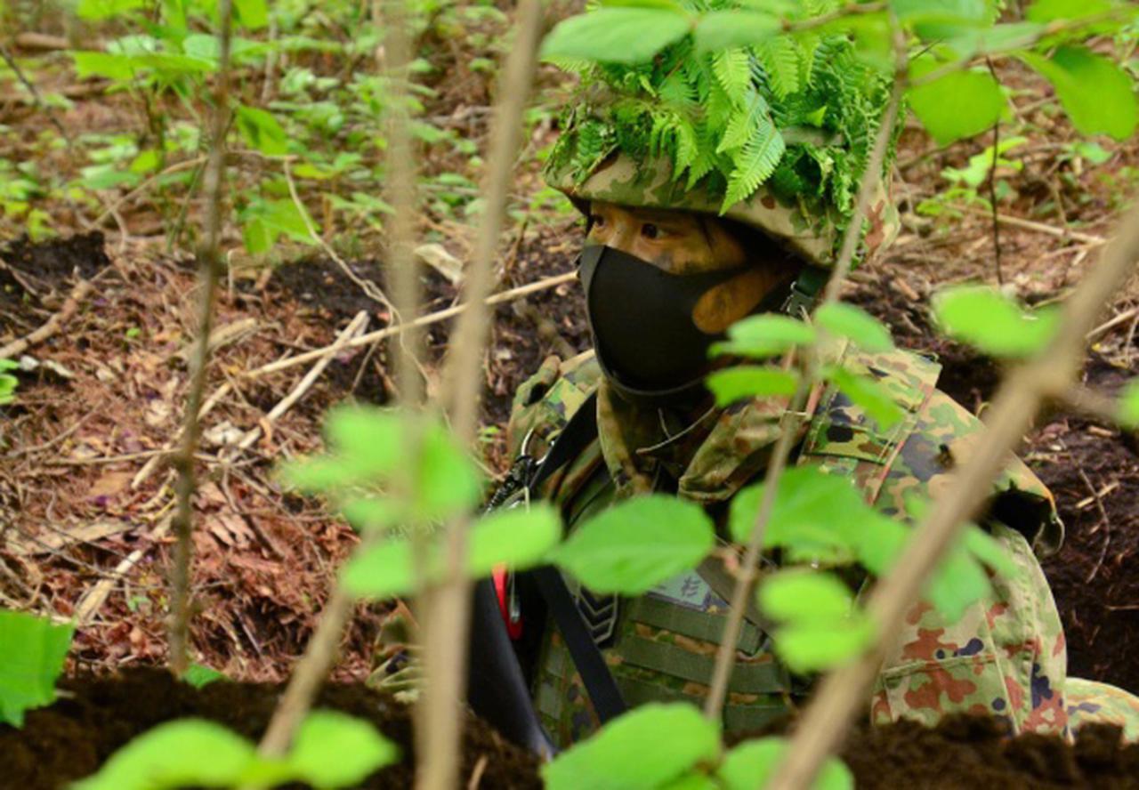 画像: 警戒任務にあたる女性隊員