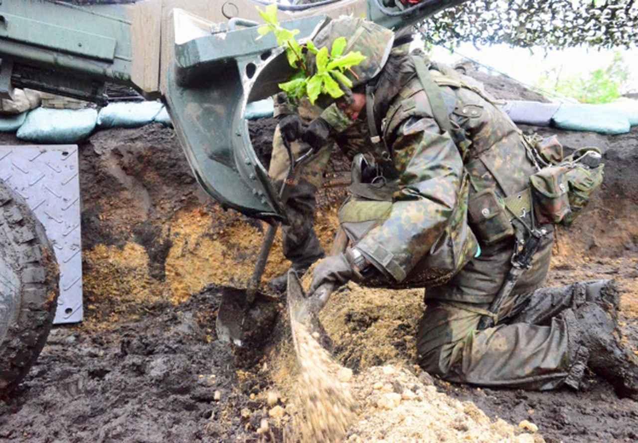 画像: 火砲陣地構築中の女性隊員