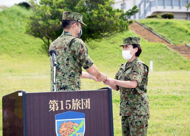 画像: 最先任上級曹長就任式において旅団長から徽章を授与された