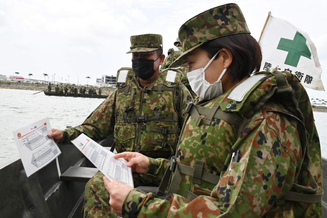 画像: 旅団漕舟訓練で施設中隊の隊員から説明を受ける