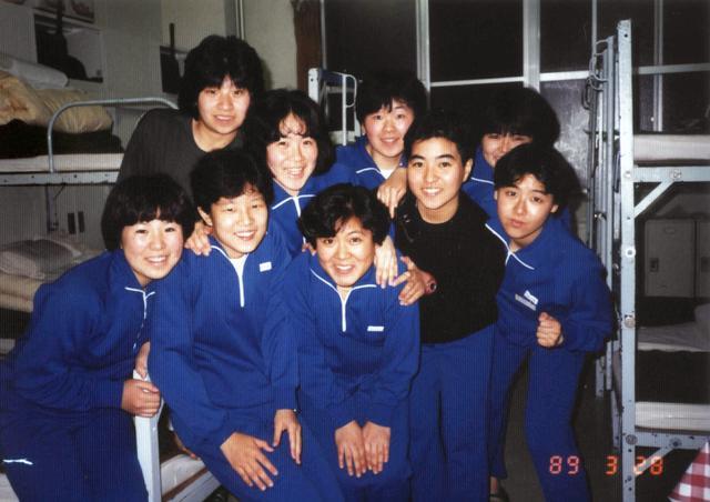 画像: 朝霞駐屯地での新隊員教育中の一枚。みんな表情が明るい(中央)