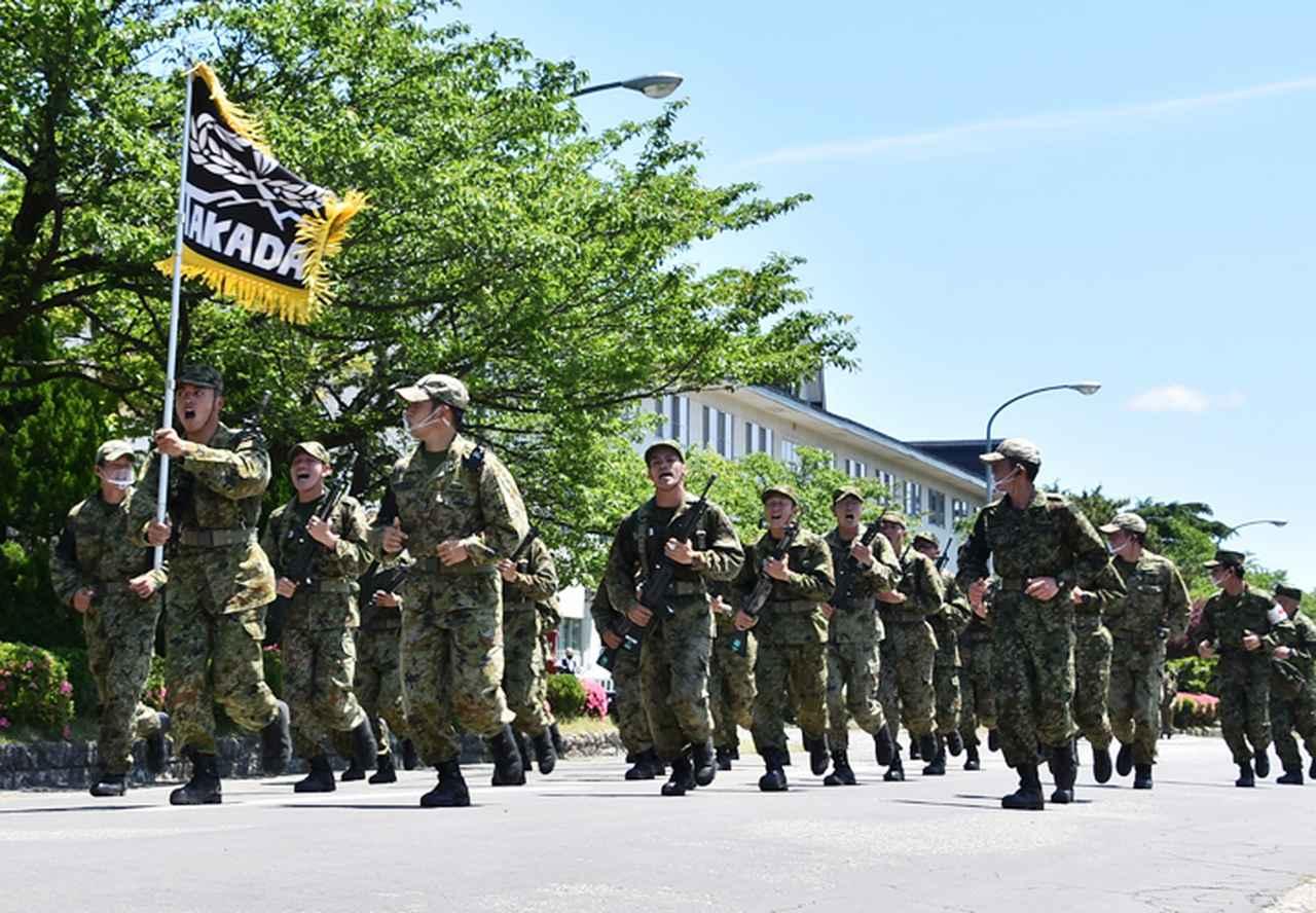 画像: 【体力調整運動3-3】掛け声とともに約12キロを走りぬく。距離を増すごとに疲労と銃の重さが隊員たちを苦しめる