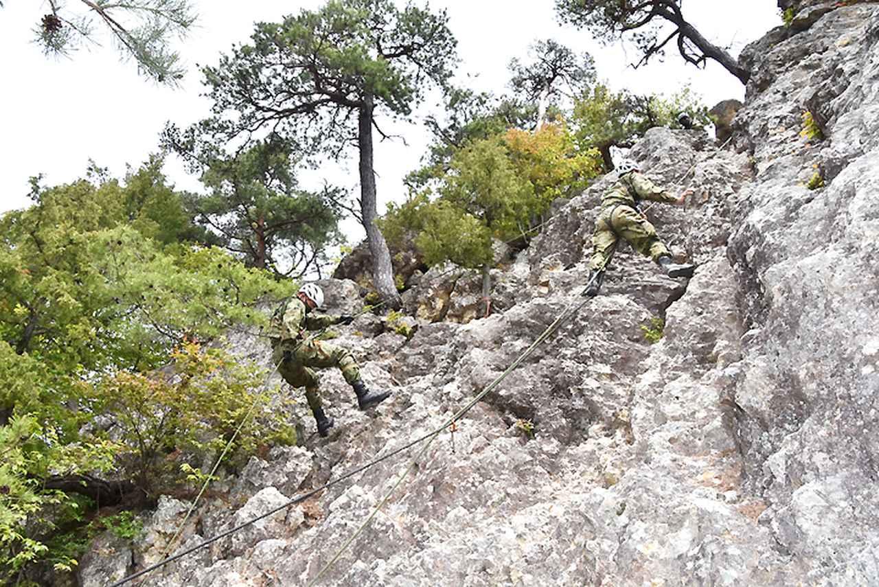画像: 【山地総合】生地を使用した懸垂降下(写真左)及び登はん(写真左)
