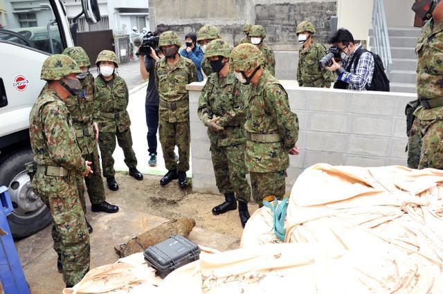 画像: 不発弾処理現場を確認(左から3人目)