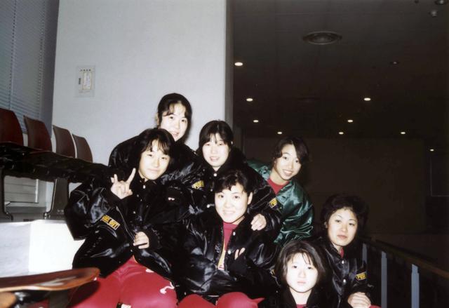画像: 富士駐屯地女性バスケットボール部の仲間たちと(中央)