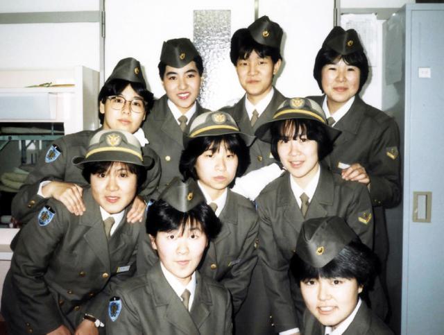 画像: 朝霞駐屯地での新隊員教育中、同期たちと制服姿で(左端)