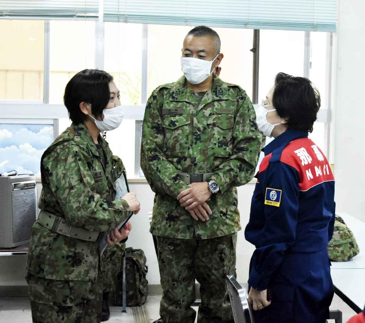 画像: 3月28日、不発弾処理対策本部で那覇市長と(左から本人、15旅団幕僚長、那覇市長)