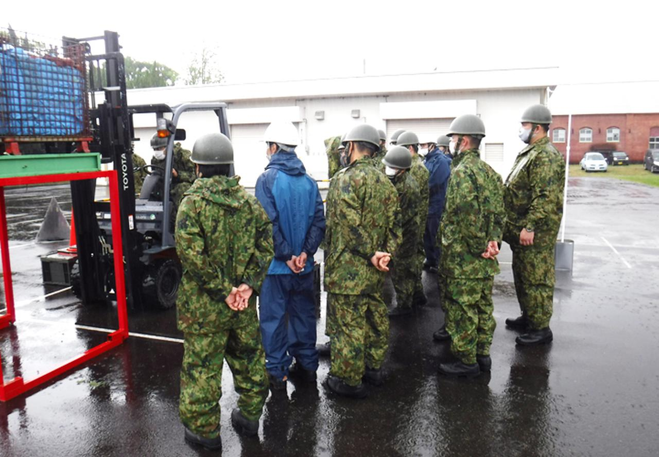 画像1: 高い技術を有するフォークリフト操作員を養成|陸自関西補給処