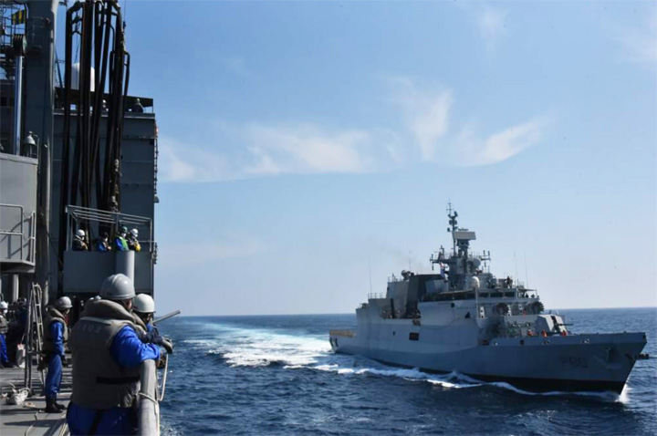 画像2: 海自補給艦「はまな」(手前)とインド海軍コルベット艦「キルタン」(奥) 海上幕僚監部プレスリリースから
