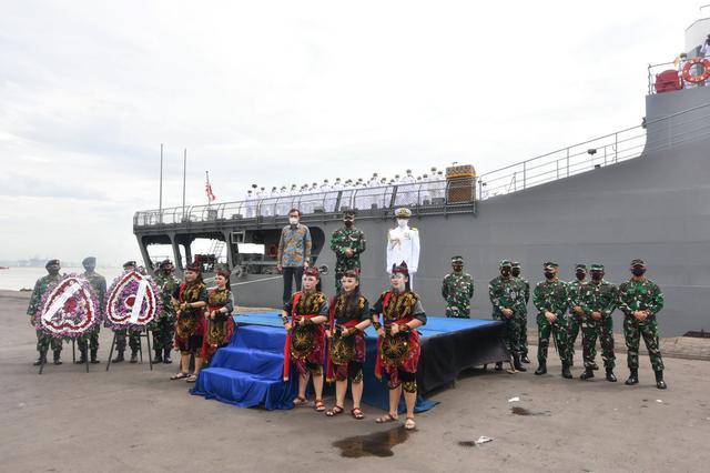 画像1: 歓迎行事の様子 海上自衛隊ツイッターから twitter.com
