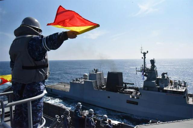 画像1: 海自補給艦「はまな」(手前)とインド海軍コルベット艦「キルタン」(奥) 海上幕僚監部プレスリリースから