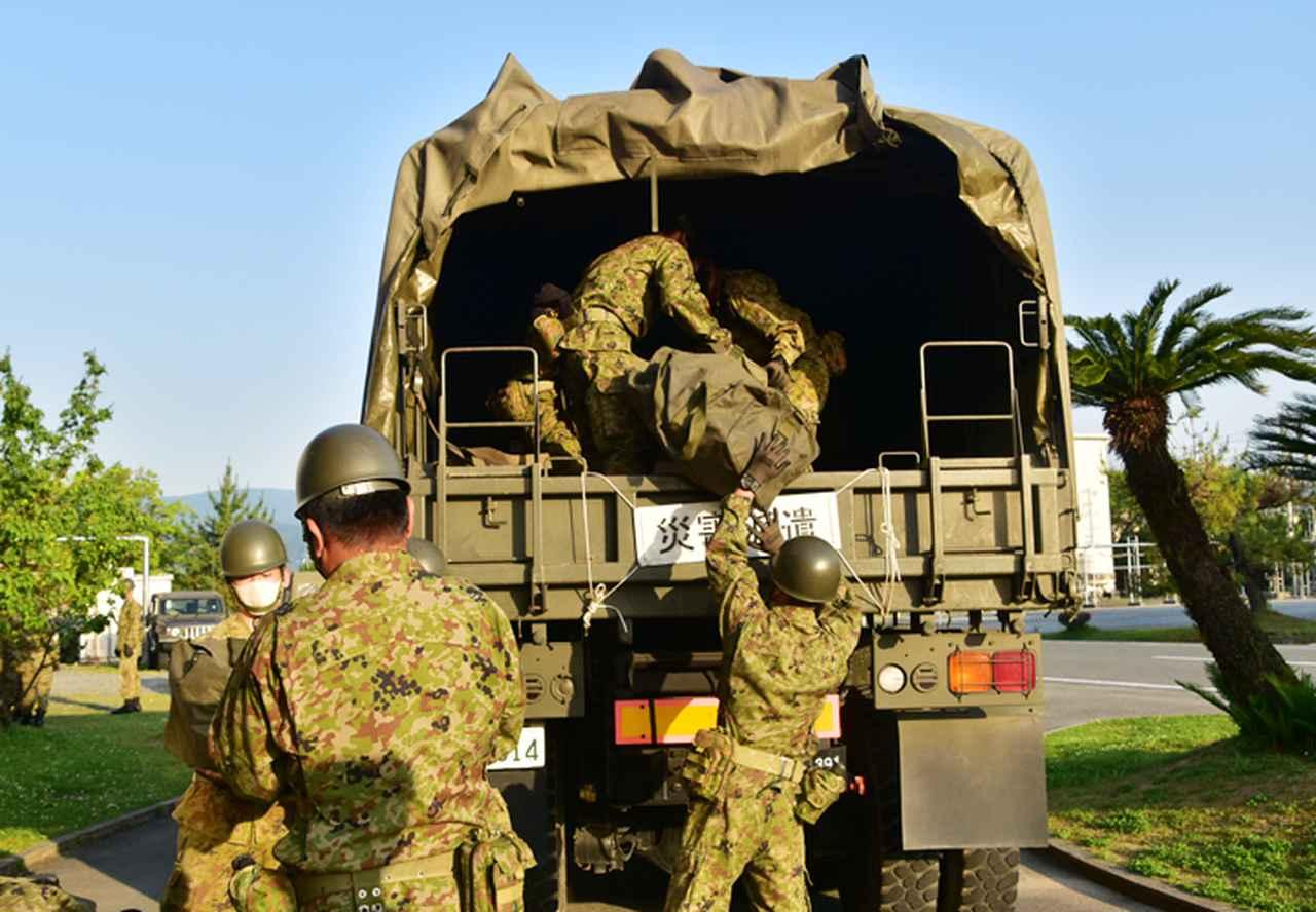 画像: 部隊派遣のための物品積載
